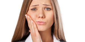 What are the causes of toothache and what are their symptoms